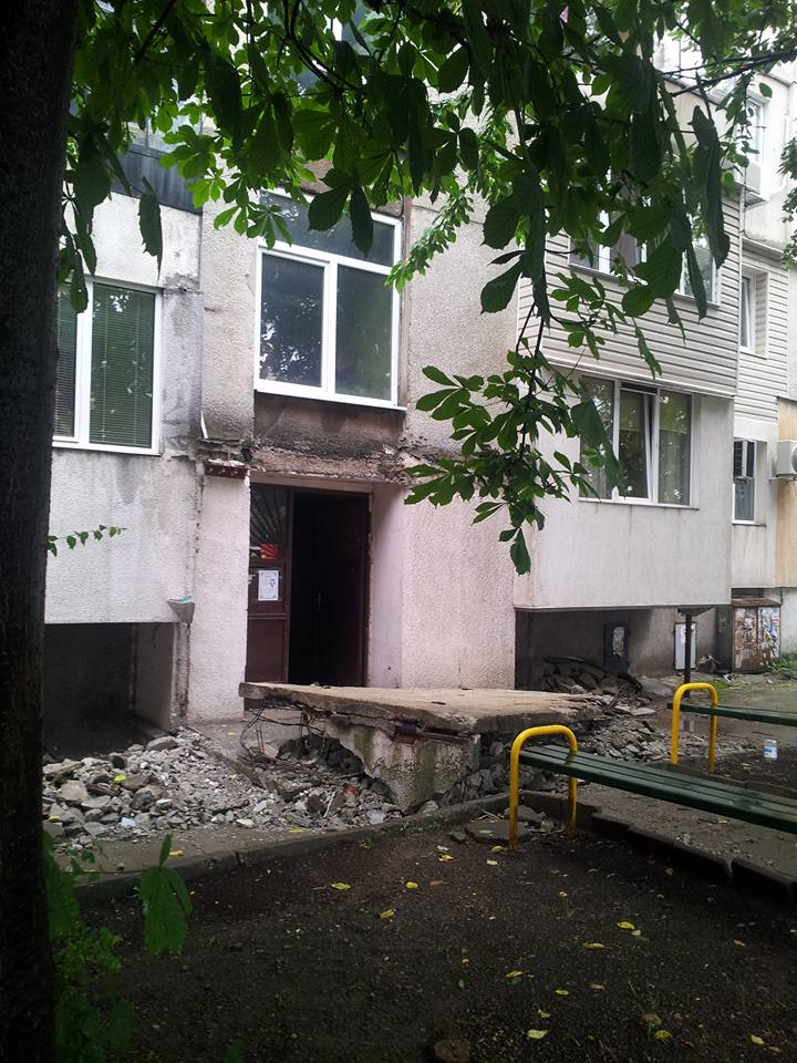 Голямо парче то тераса на жилищна сграда се отчупи и