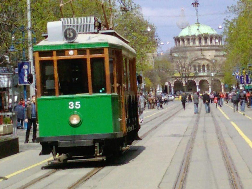 Дядо Коледа смени шейната с ретро трамвай! Пускат безплатна атракционна мотриса на пъпа на София…