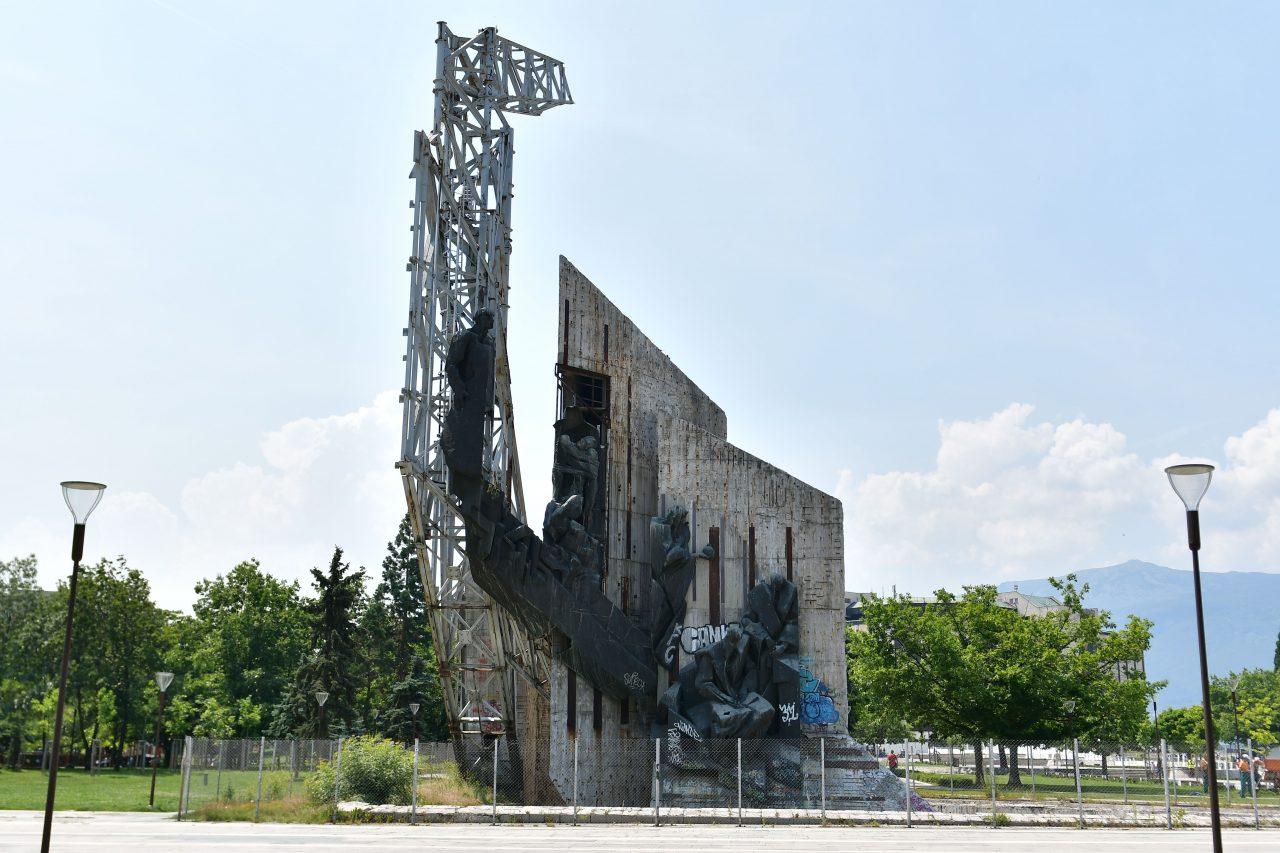 Паметник пред НДК