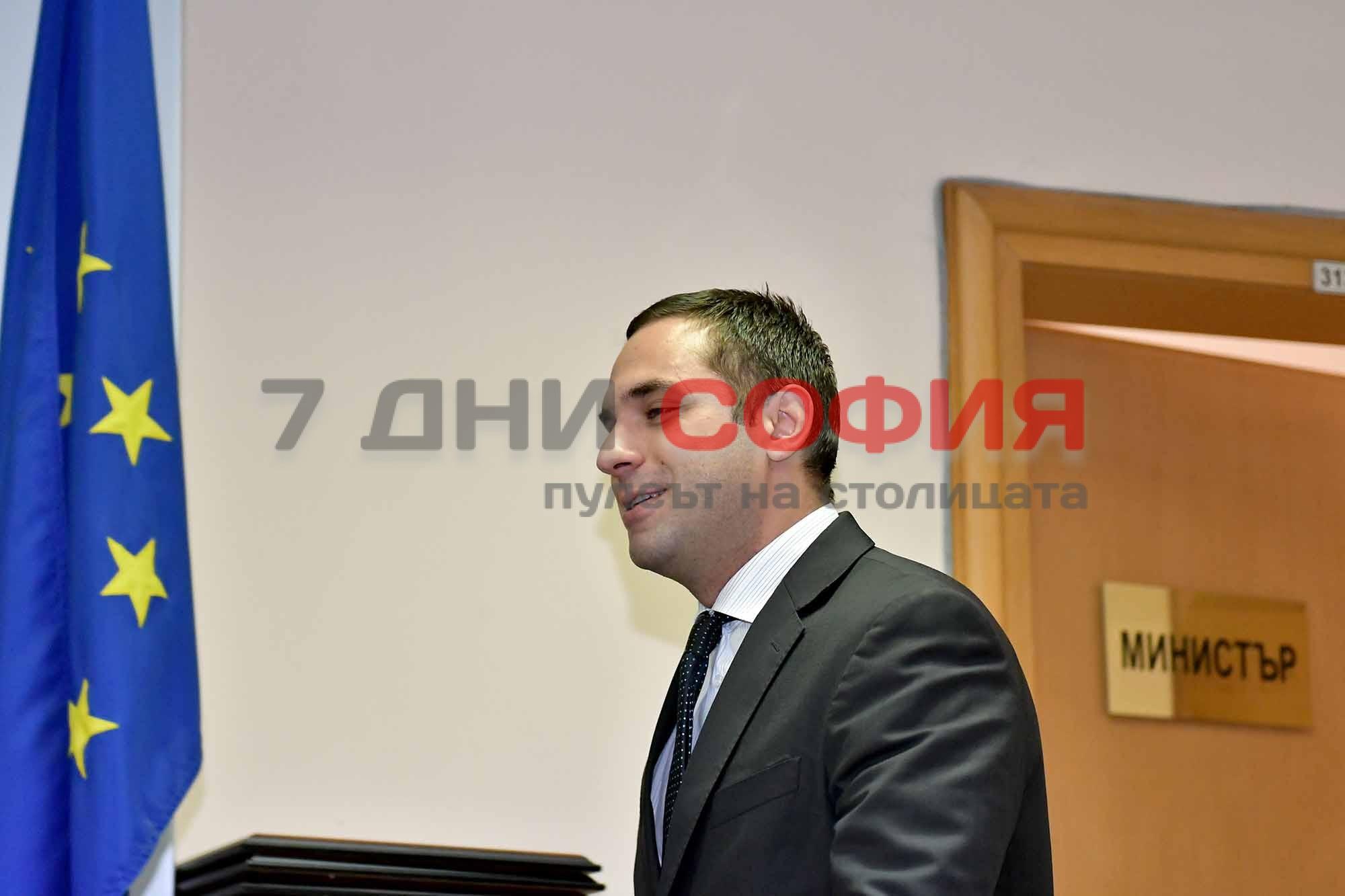 Снимка: Министърът на икономиката с важен коментар: Тресе ли се коалицията? Трябва ли Петрова да подава оставка и…