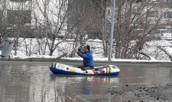 Заснеха мъж с лодка да гребе по улиците на столичния