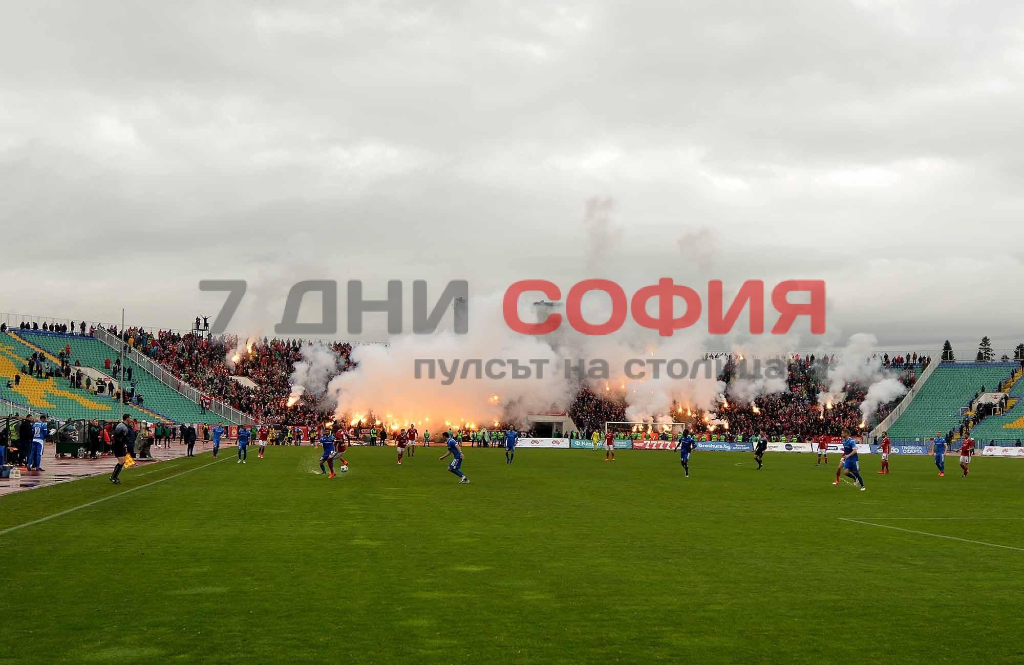 Дъждовното време на вчерашното дерби между ЦСКА и Левски не