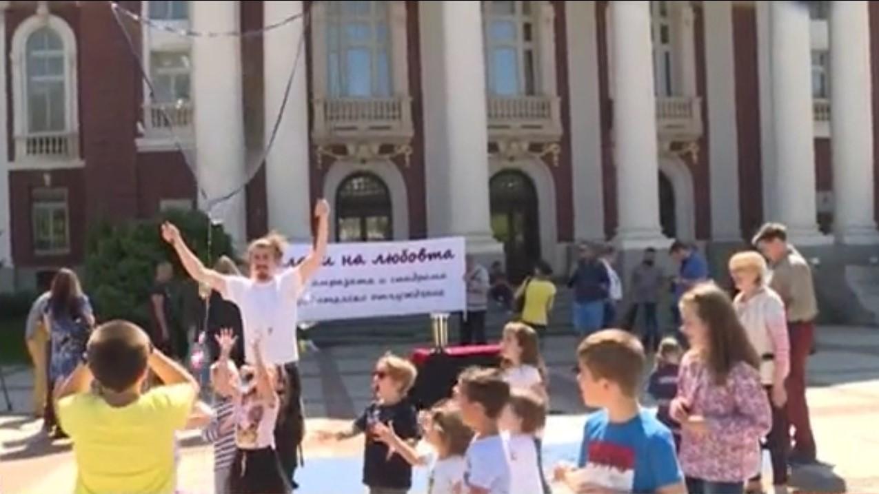 """Инициативата """"Балони на любовта"""" се проведе пред Народния театър. Тя"""