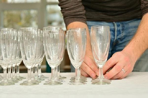 Алкохол и полуголи жени посрещнали делегатите на Европейския младежки форум.