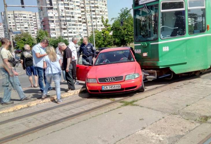 """Снимки от зрелищна катастрофа в столичния квартал """"Люлин"""" бяха разпространени"""