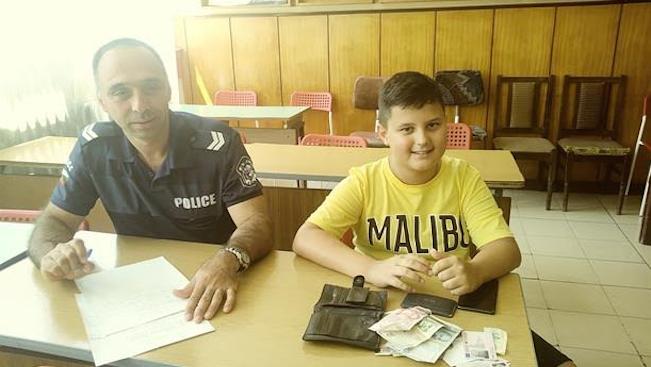 Снимка: Похвално! Млад ученик предаде портмоне в полицията с голямата сума от…