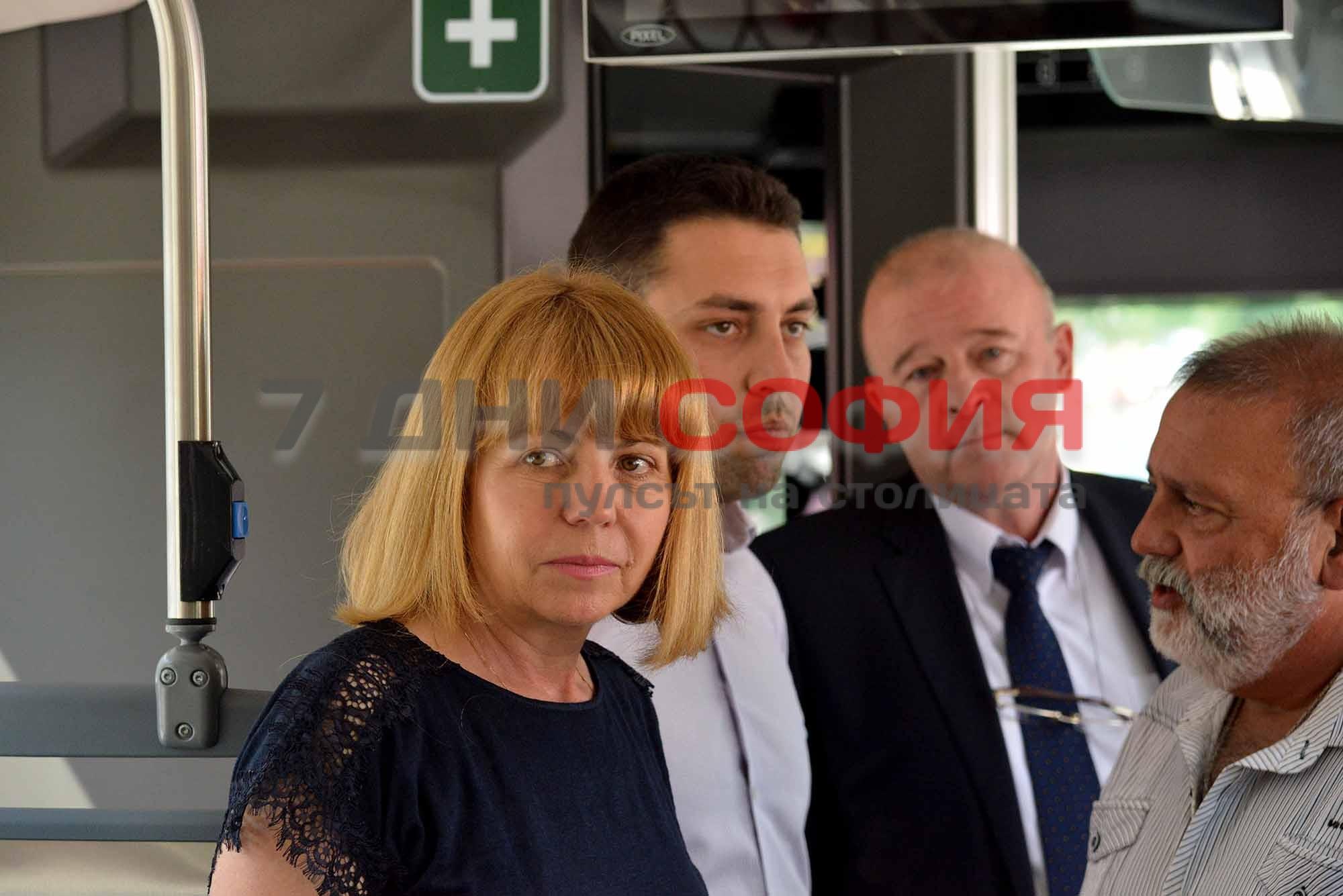 Кметът на София Йорданка Фандъкова разгледа автобус тип хибрид.Превозното средство