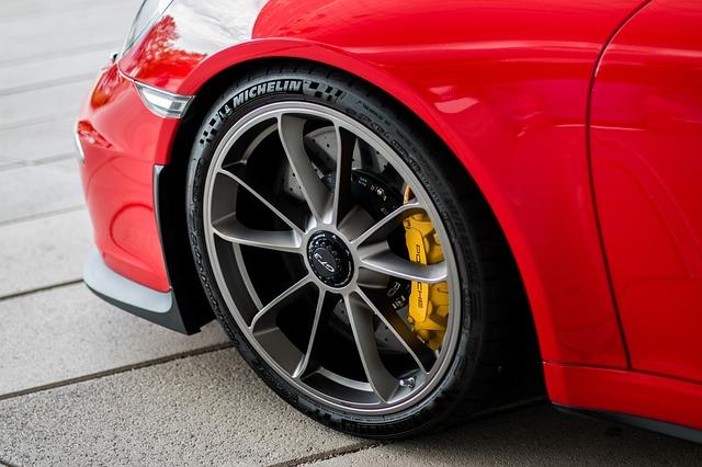 Снимка: Бивша министърка яхна червен звяр за 400 бона! Колата се отличава със специални…