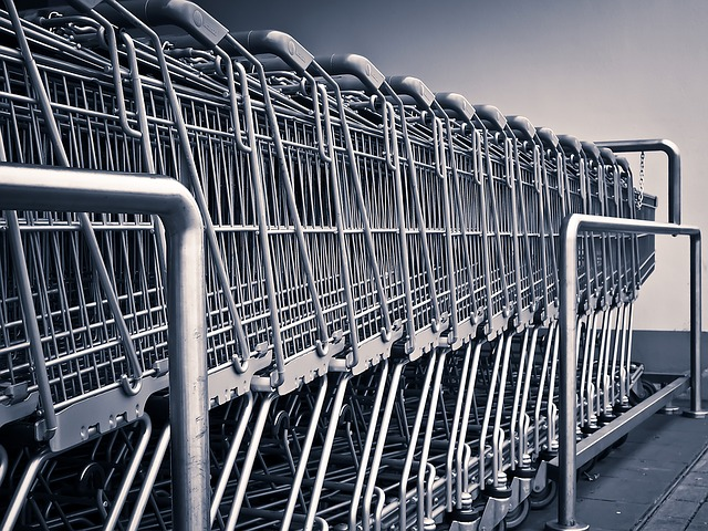 Влизате в голям супермаркет, за да пазарувате и усещате объркване.